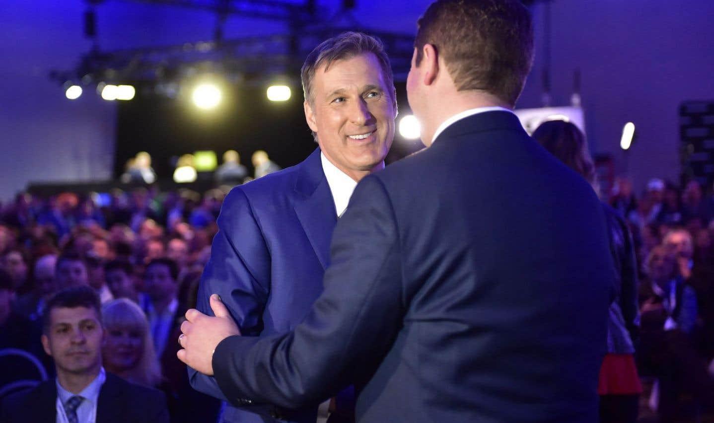 Maxime Bernier et le nouveau chef du Parti conservateur, Andrew Scheer, se serre la main avant la tenue du scrutin, le 27 mai 2017.