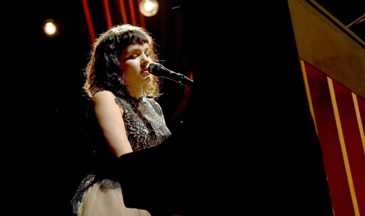 Elle attire la lumière, Norah Jones, et on l'écoute quand elle chante.