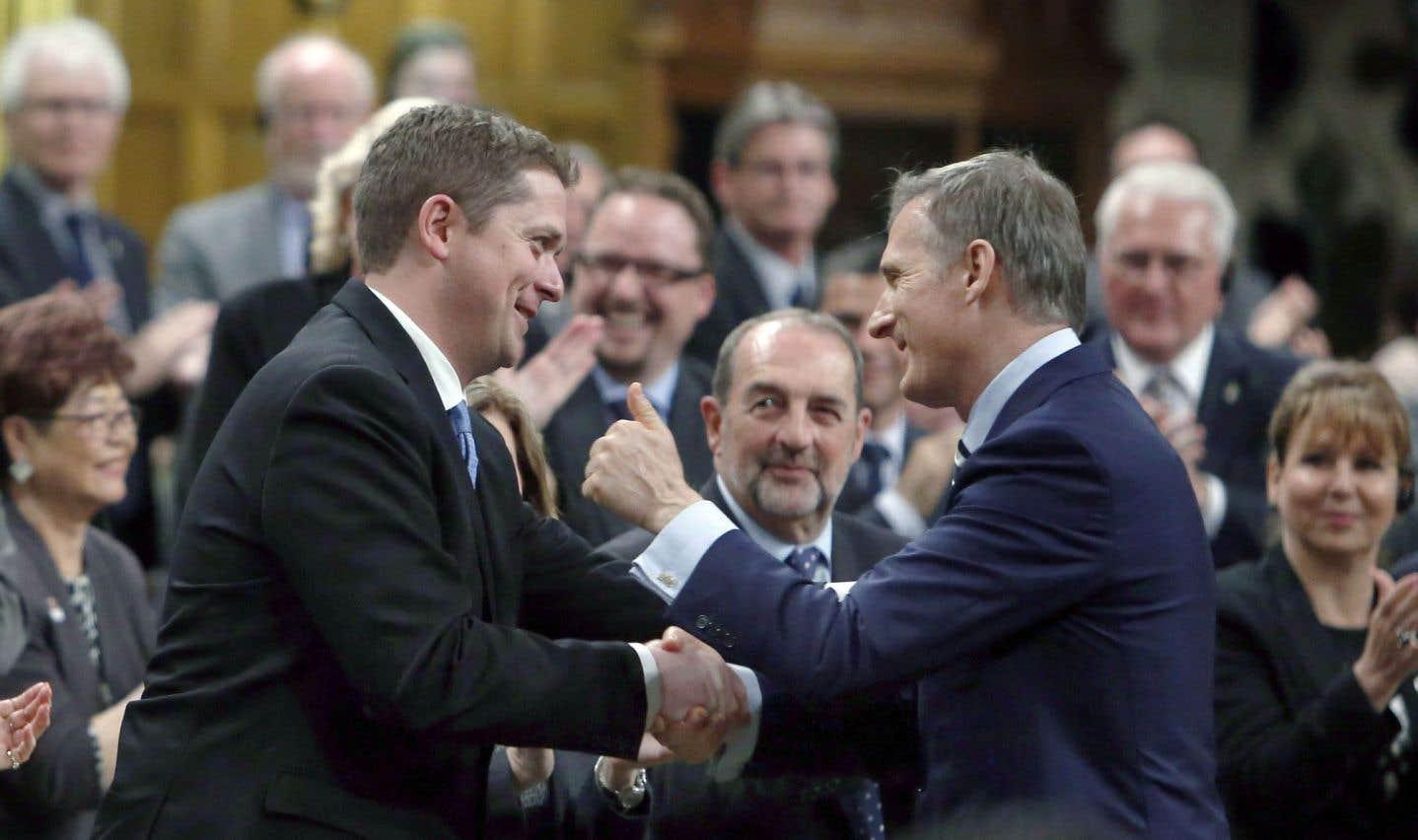 Andrew Scheer a fait son entrée au Parlement à titre de chef du Parti conservateur du Canada, lundi, accueilli notamment par son adversaire d'hier, Maxime Bernier.