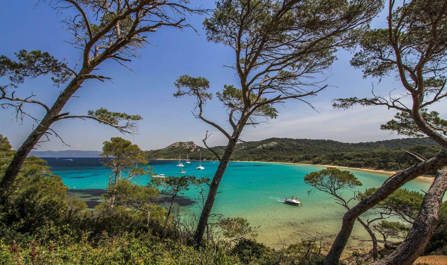Porquerolles, la plus grande des îles d'Hyères, est piétonne et dotée de belles plages. Elle est un coin de paradis où se retrouver en amoureux.