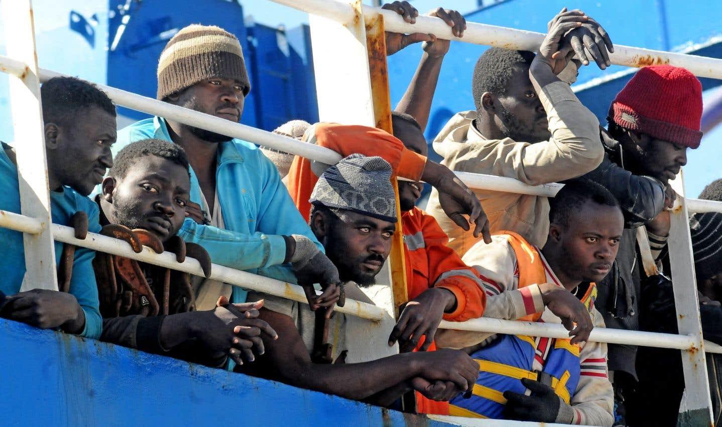 Des migrants et réfugiés entassés sur un bateau arrivant en Italie en avril. «Frères migrants», le nouveau livre de Patrick Chamoiseau, s'élève comme un chant à la solidarité comme qualité humaine, et à la mondialité comme terreau de la conscience.