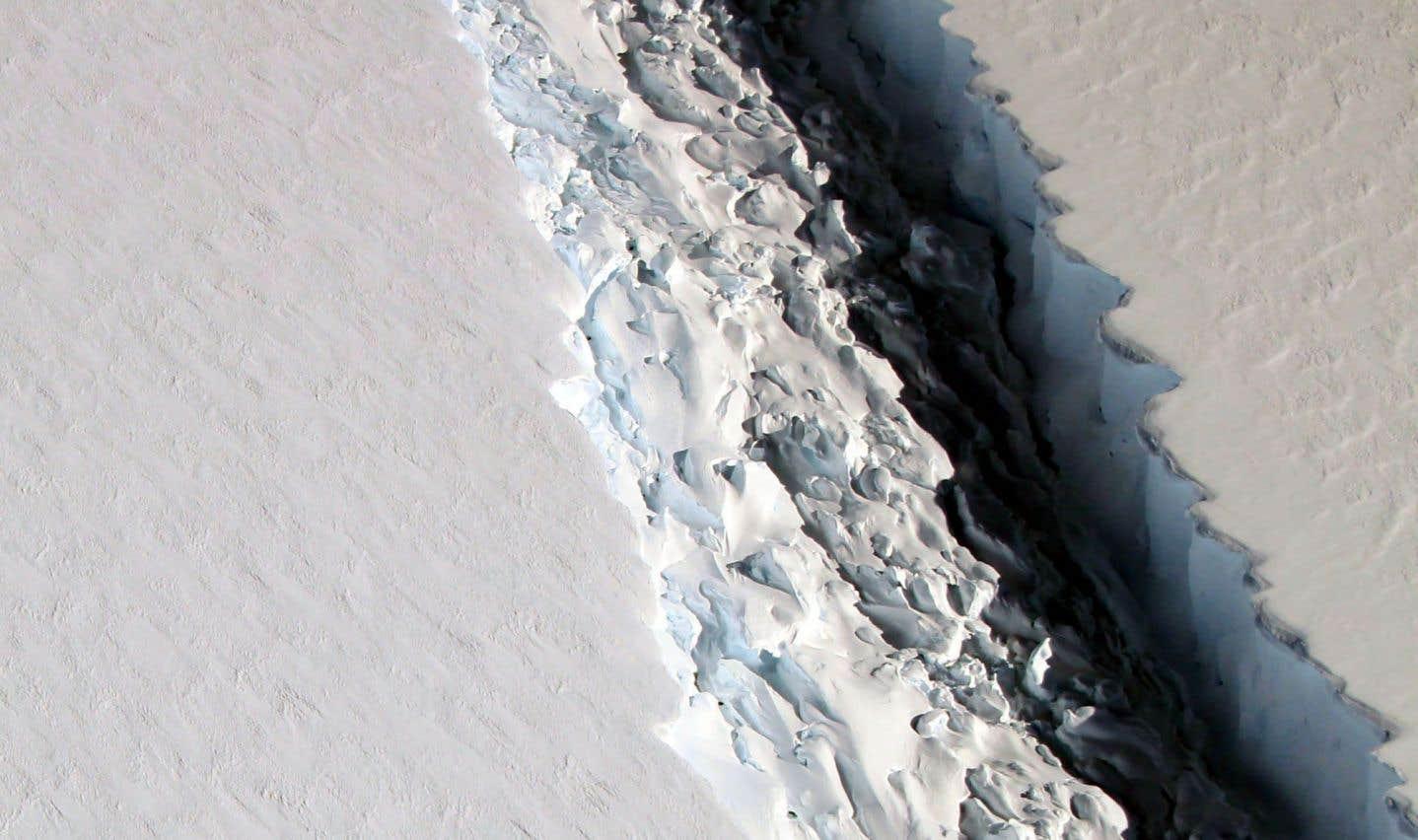 Un énorme bloc de glace sur le point de se détacher en Antarctique