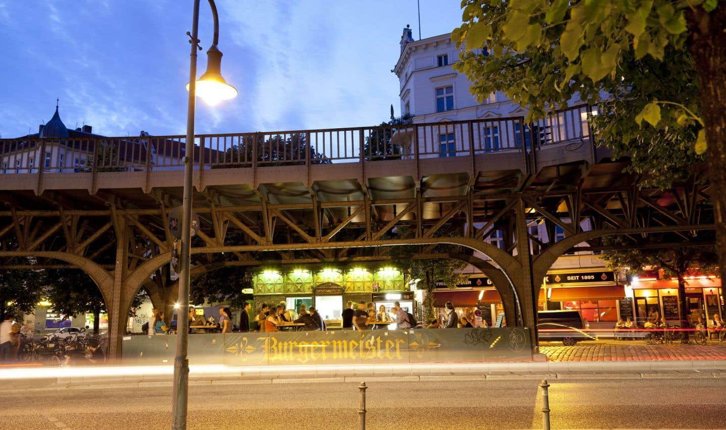 Un petit casse-croûte (en allemand «imbiss») à burgers enclavé sous les rails du U-Bahn, à Schlesische Tor, incarne bien le côté décontracté de Kreuzberg.
