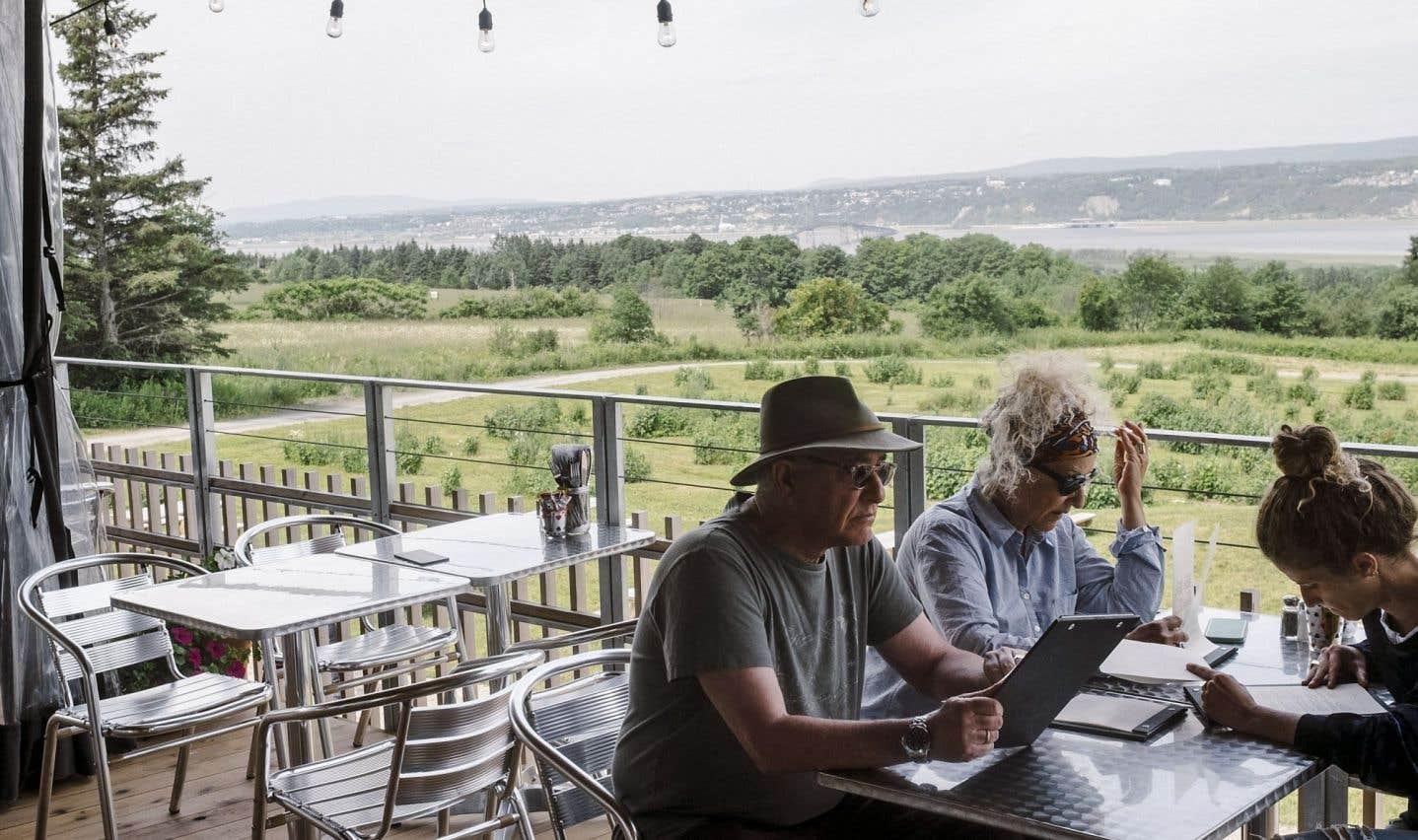 Sur la terrasse de la Monnaguette, il fait bon siroter les pichets de sangria — au cassis, bien sûr! — en observant le panorama à couper le souffle de l'île d'Orléans.