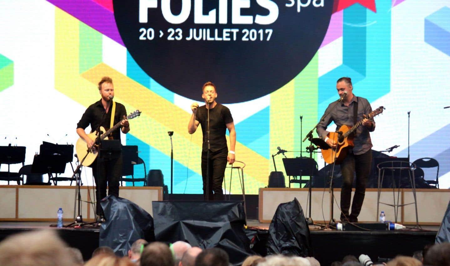 Avec sa seule voix, et les expertes guitares acoustiques de ses deux compagnons, Alexandre Désilets a rempli la grande place de l'Hôtel-de-Ville.