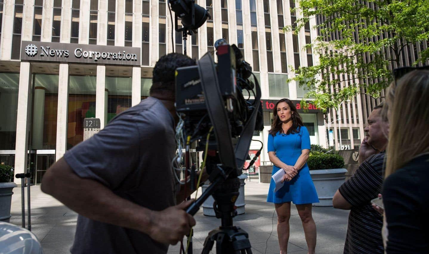 Une journaliste est en plein tournage devant le siège new-yorkais de News Corporarion, où sont situés les studios de Fox News.