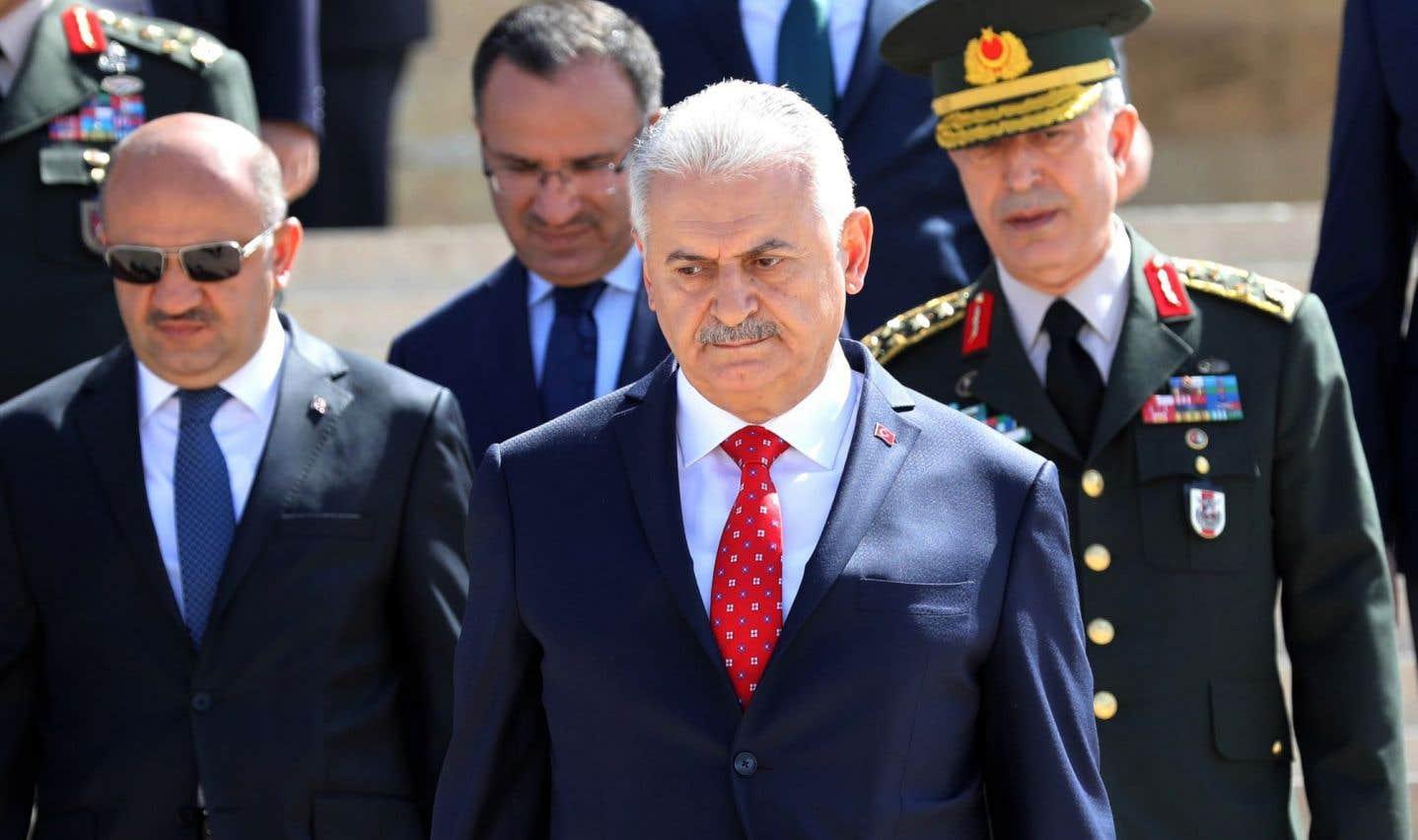 Le premier ministre turc, Binali Yildirim (centre), en compagnie du chef d'état-major de l'armée, Hulusi Akar