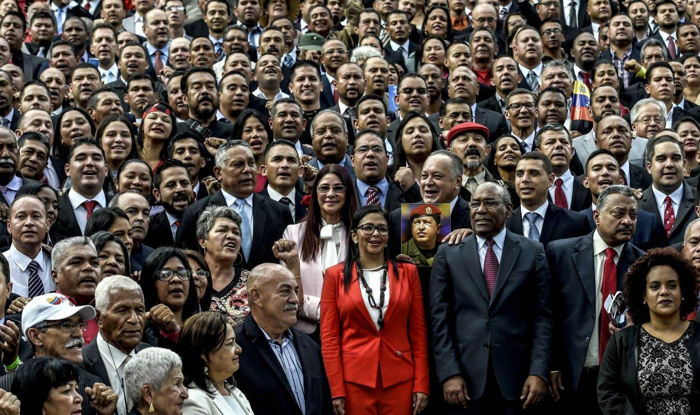 Les membres de l'Assemblée constituante se posent à l'extérieur du Congrès national lors de l'installation de l'organisme à Caracas le 4 août.