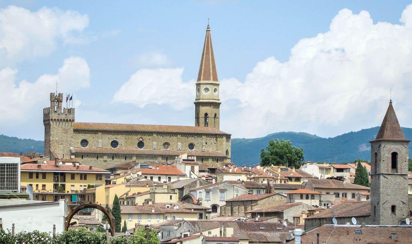 Nichée dans le Val di Chiana, formant le «Triangle d'or du Chianti» avec Florence et Sienne, entourée d'une nature sauvage où se dissimulent vieux châteaux et villages épargnés par le temps, Arezzo abrite des vestiges étrusques et romains.