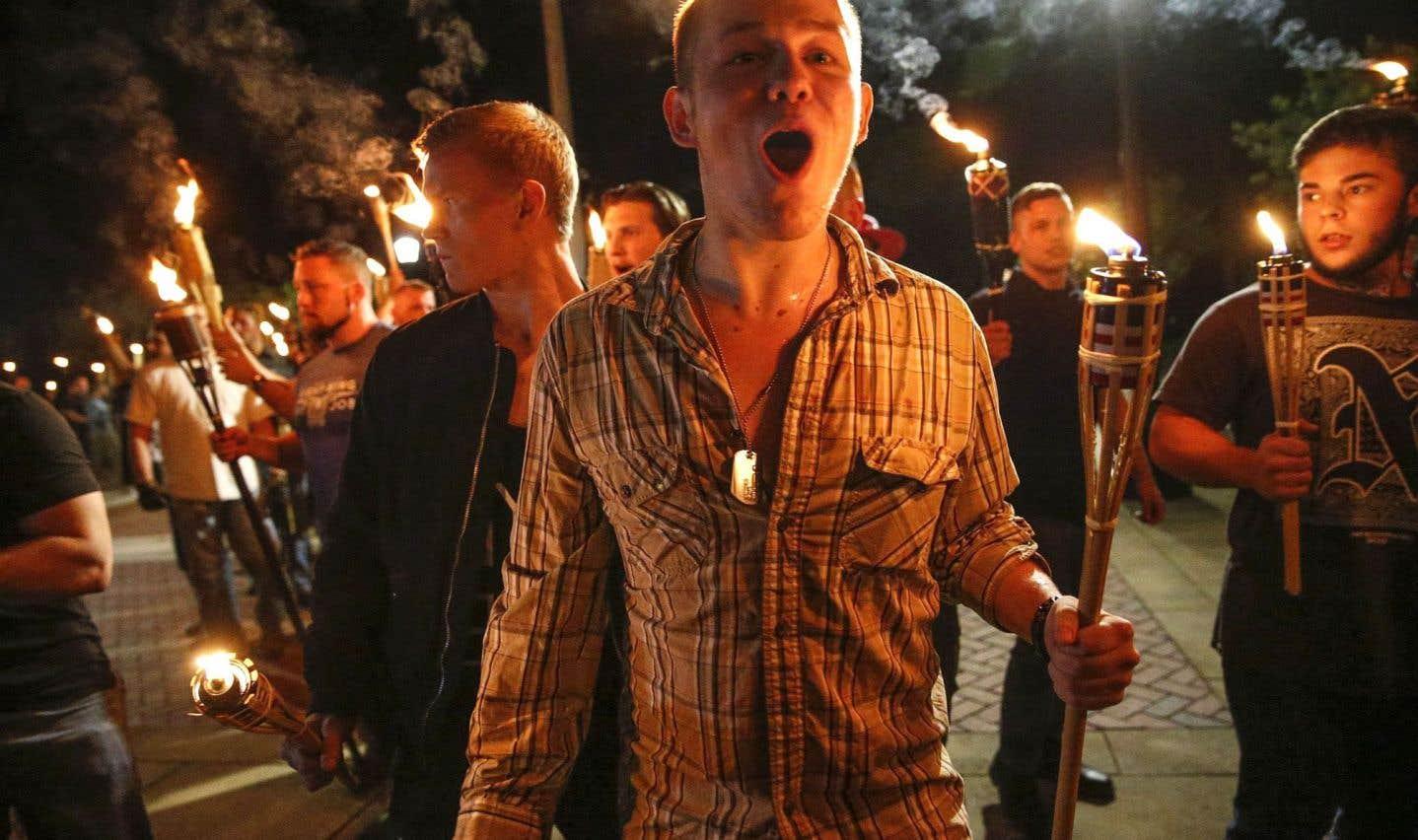 De jeunes suprémacistes blancs manifestant dans les rues de Charlottesville en fin de semaine dernière