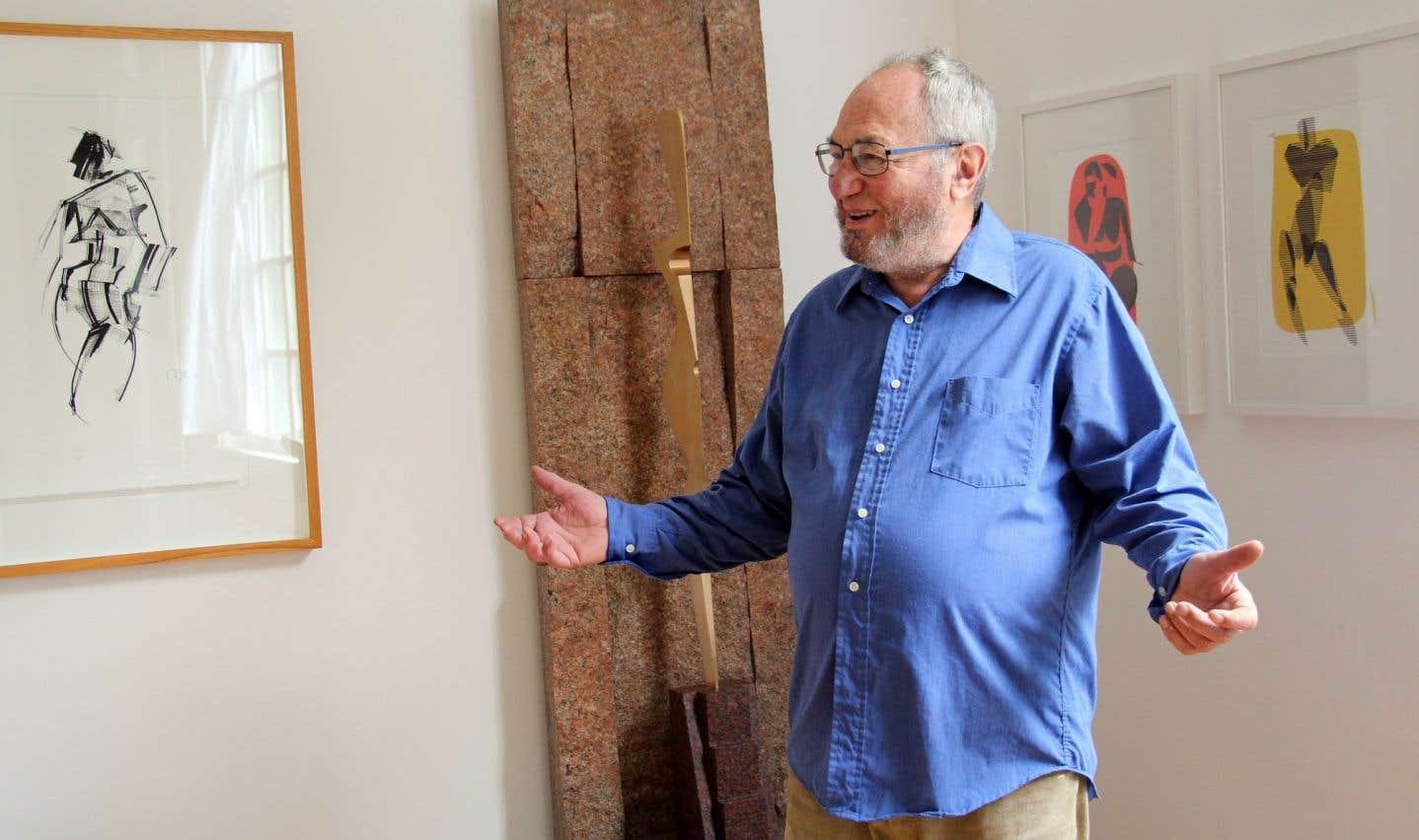 Morton Rosengarten devant un de ses dessins à l'encre noire