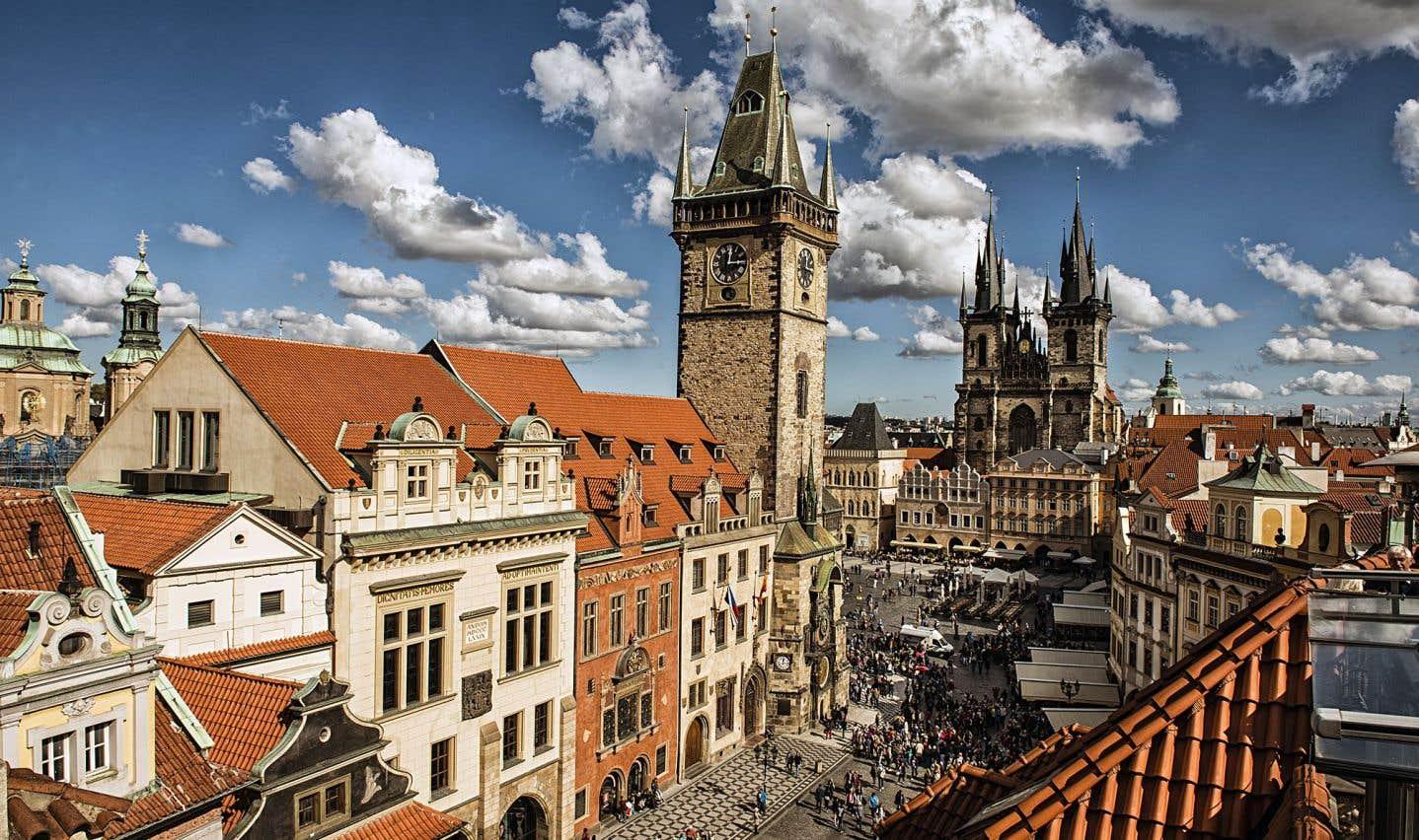 Toutes les rues du quartier mènent à la grandiose place de la Vieille Ville, qui impressionne par les rangées de superbes bâtiments, en majorité baroques, qui l'encadrent.