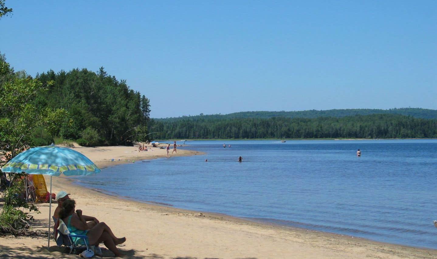 Les grandes plages de sable doré attirent un grand nombre de villégiateurs au nord de Saint-Michel-des-Saints, dans Lanaudière.