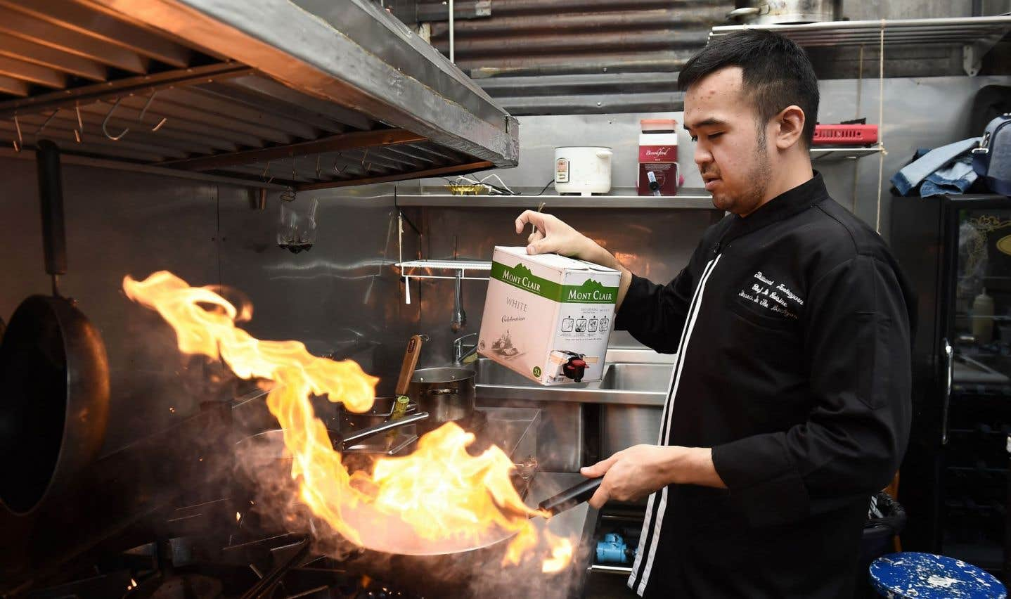 Dans la cuisine d'Insects in the Backyard, le restaurant qu'il a fondé, le chef Thitiwat Tantragarn prépare une de ses spécialités.