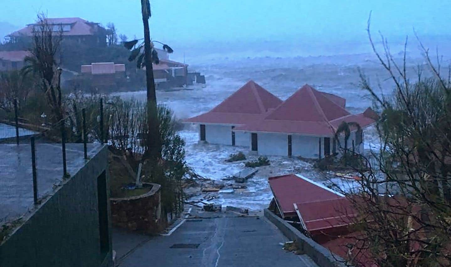 Sur l'île de Saint-Barthélemy, Irma a arraché des toits, rompu le réseau d'électricité et causé d'importantes inondations le long des côtes.