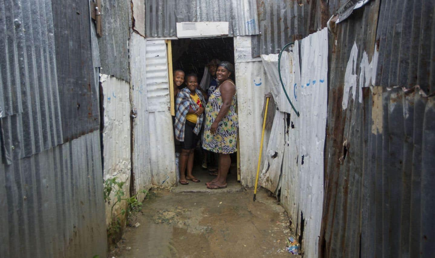Des Dominicains se réfugient dans leur maison dans le quartier de La Cienaga, le 7 septembre, en vue de l'arrivée d'«Irma».