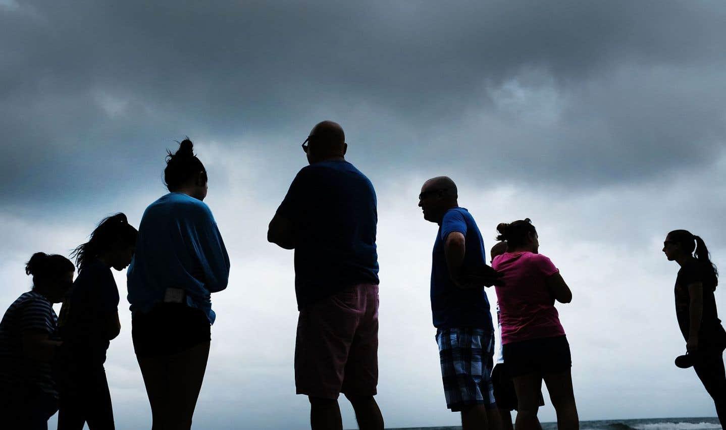 Des gens sont rassemblés autour sur la plage de Naples avant l'arrivée de l'ouragan «Irma» dans le sud-ouest de la Floride, le 9 septembre 2017.