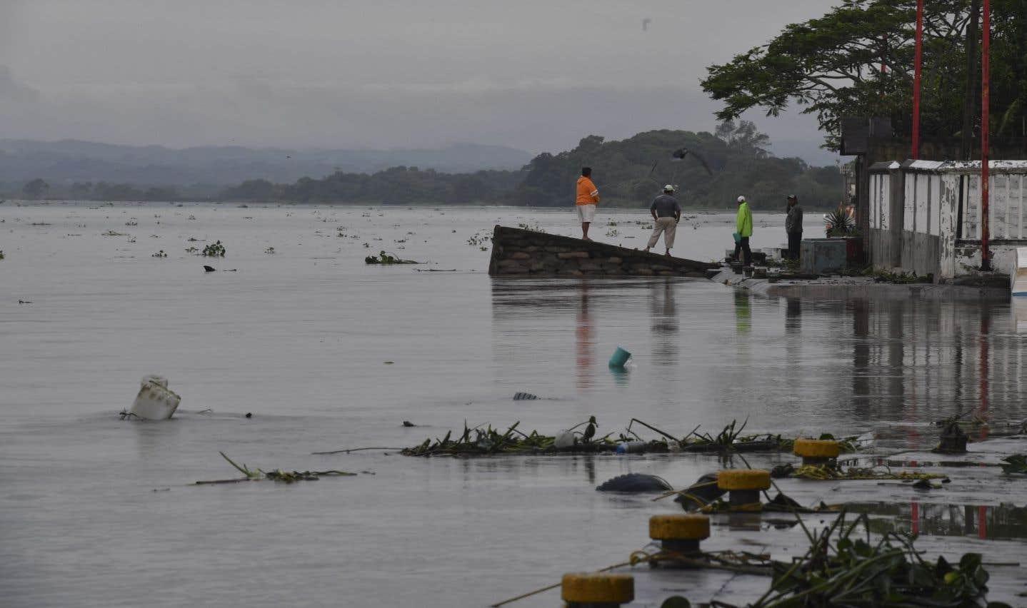 Des gens constatent le niveau d'eau de la rivière Tecoluca après le passage de l'ouragan «Katia» à Tecolutla, au Mexique, le 9 septembre 2017.