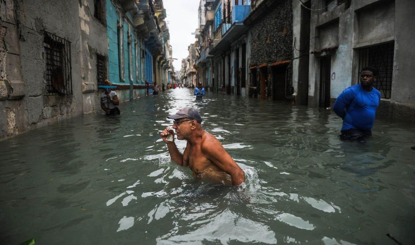 Un homme marche dans les rues complètement inondées de La Havane, le 10 septembre dernier, après le passage d'«Irma».