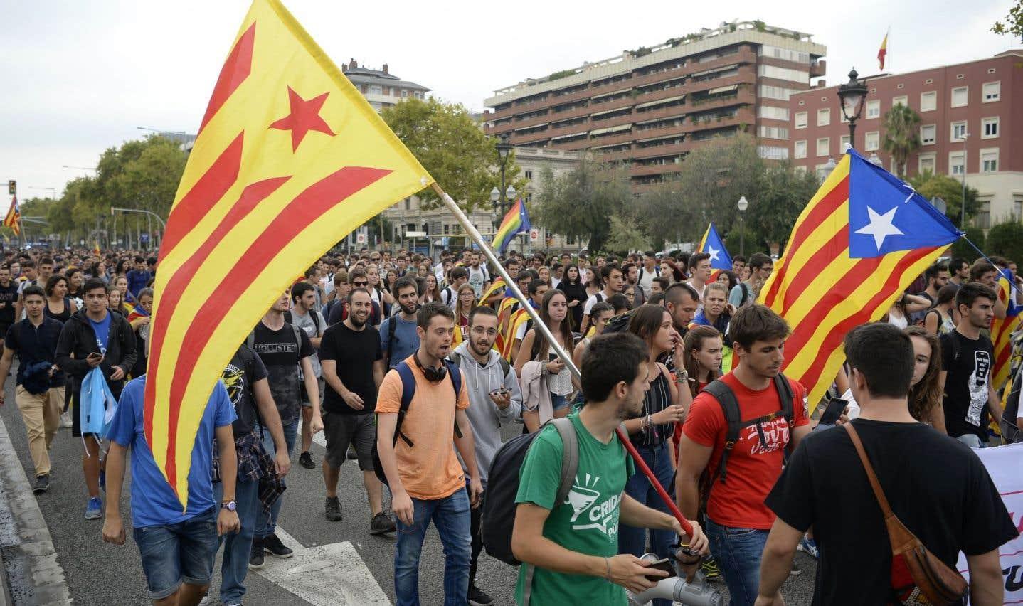 Des milliers de Catalans s'étaient déjà rassemblés devant la Cour d'appel à Barcelone, jeudi midi.