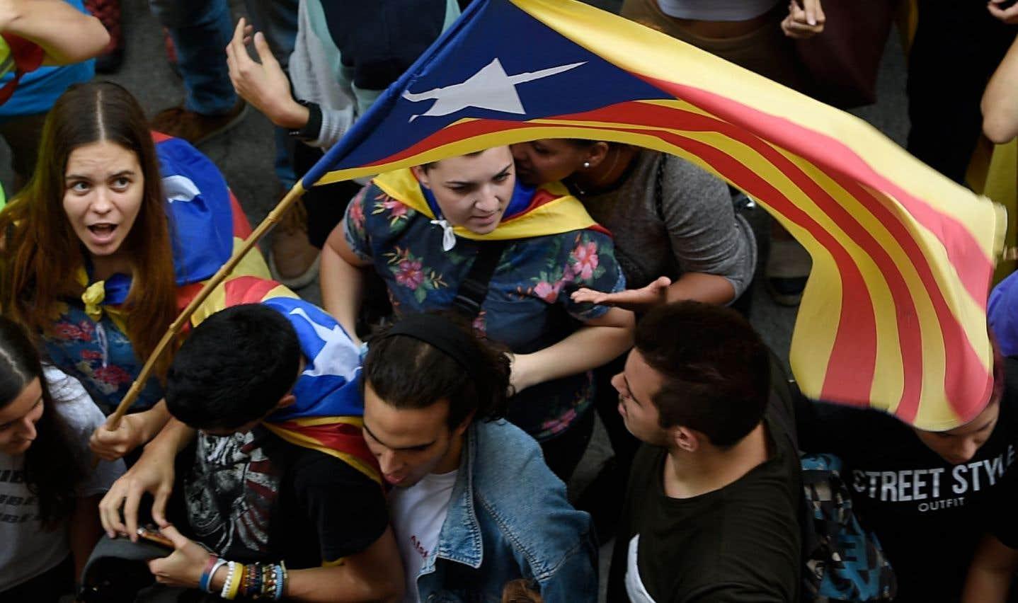 Vendredi, de nombreux étudiants ont manifesté devant l'administration de l'Université de Barcelone.