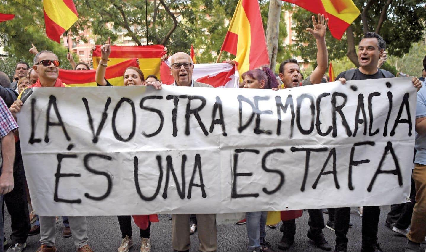 À Barcelone, des manifestants protestent contre l'organisation d'un référendum sur l'indépendance de la Catalogne.