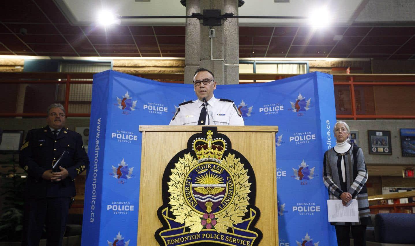 L'inspecteur aux crimes majeurs du service de police d'Edmonton Carlos Cardoso expliquait les accusations retenues contre le suspect lundi.