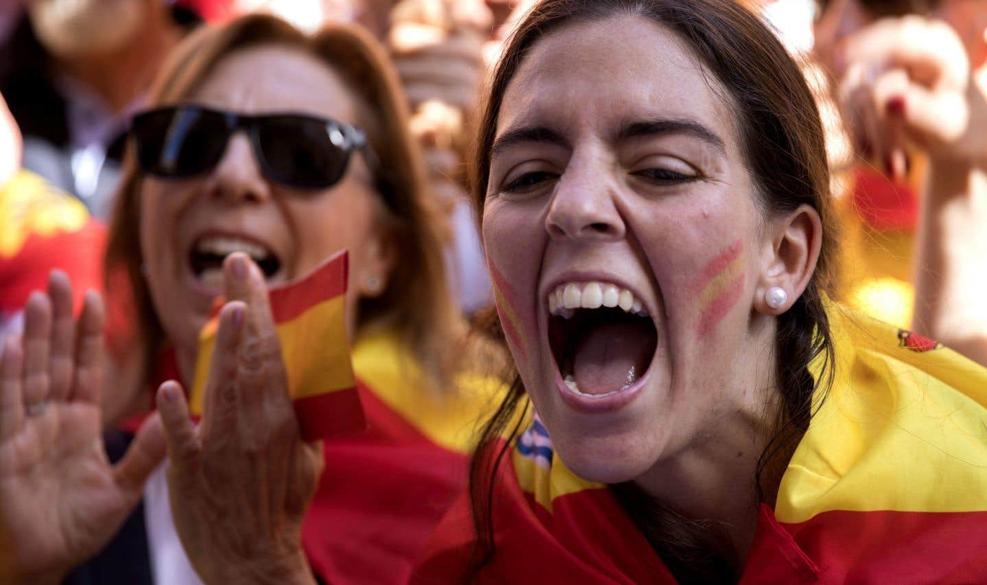 «Prou! Recuperem el seny!» («Assez! Retrouvons la raison!»), ont clamé dimanche les opposants à la sécession.