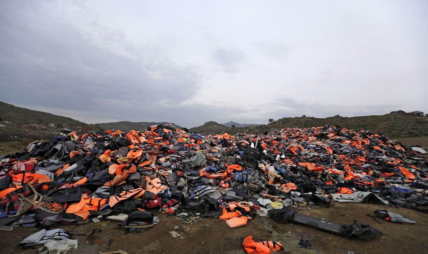 En 2015, les rivages de Lesbos étaient noyés sous les gilets de sauvetage orange abandonnés.