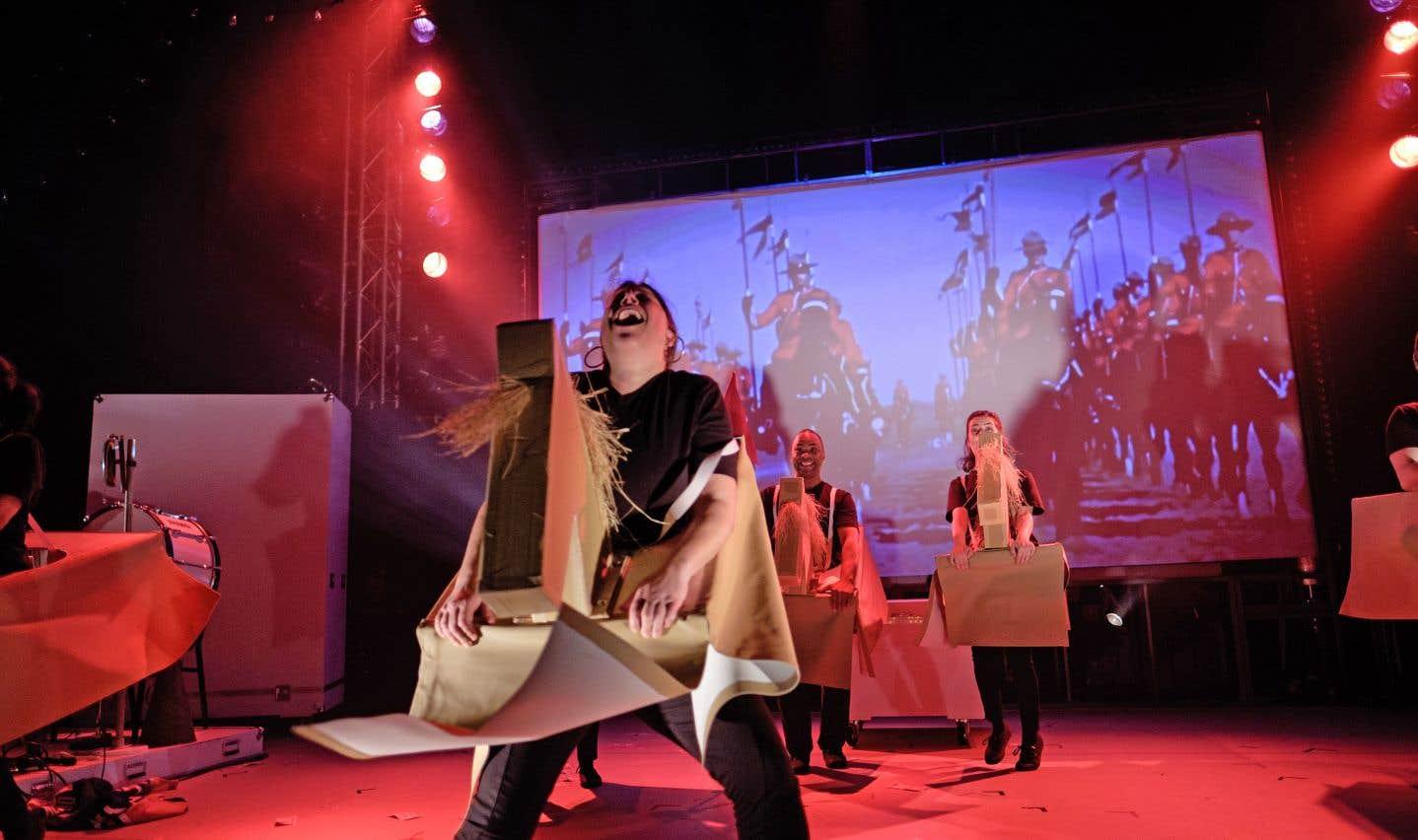 Le spectacle emprunte le ton pédagogique et ludique qu'on reconnaît au Nouveau Théâtre Expérimental.