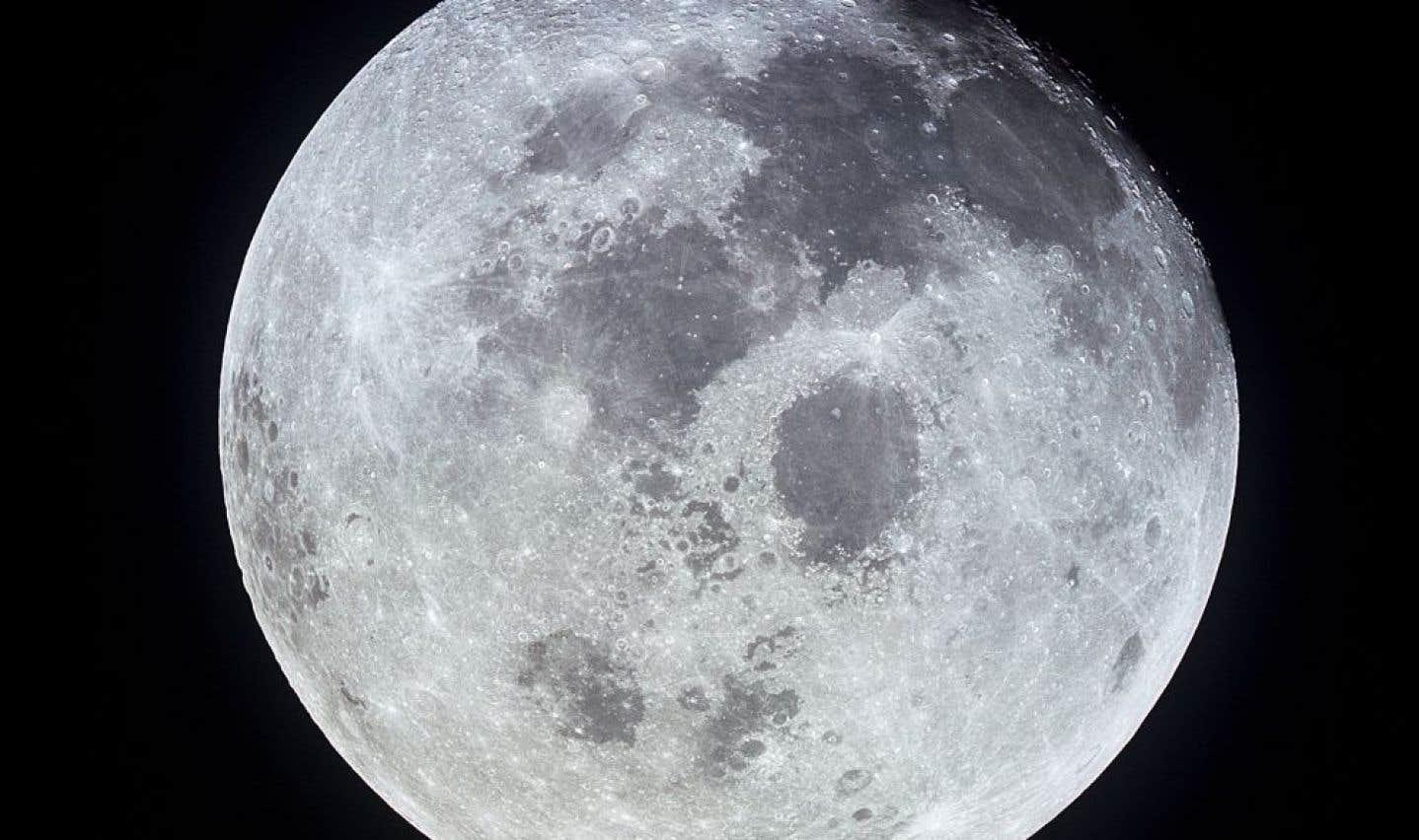 Vue de la Lune depuis le vaisseau spatial «Apollo 11» lors de la mission américaine au cours de laquelle Neil Armstrong et Buzz Aldrin ont posé le pied sur la Lune.