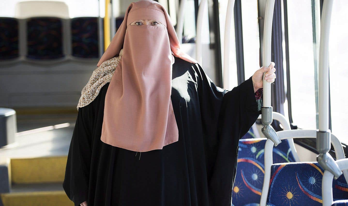 Warda Naili (photo) déplore le fait que la nouvelle loi la fera dépendre de son mari pour le transport et la contraindra à modifier sa façon de se vêtir.
