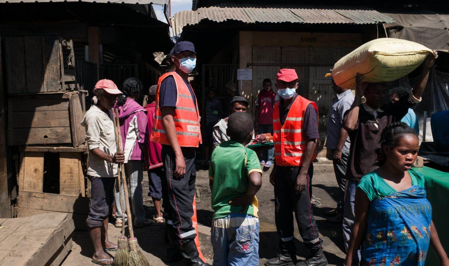 Pour tenter d'enrayer l'épidémie, le gouvernement a interdit les réunions publiques dans la capitale Antananarivo et ordonné la fermeture de nombreux établissements scolaires.