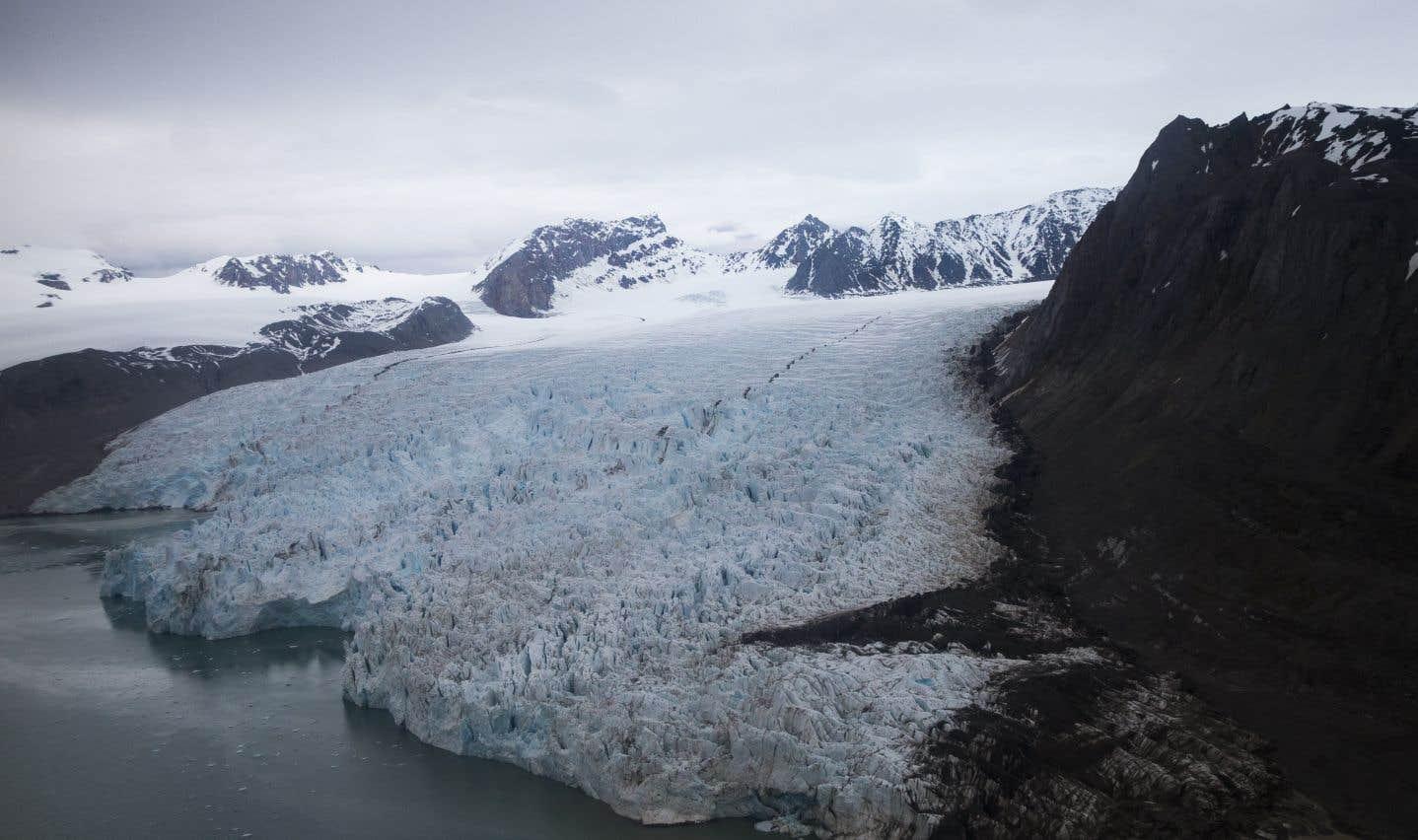 Le traité de Paris de 1920 confie à la Norvège la souveraineté sur le Svalbard mais stipule aussi que les ressortissants de tous les États signataires puissent exercer sur ces terres et «leurs eaux territoriales» des activités économiques «sur un pied de parfaite égalité».