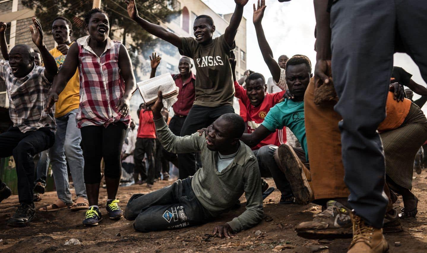 Un groupe de sympathisants de l'opposition kényane manifestent dans un contexte post-électoral violent à Kawangware, proche de la capitale Nairobi, vendredi.