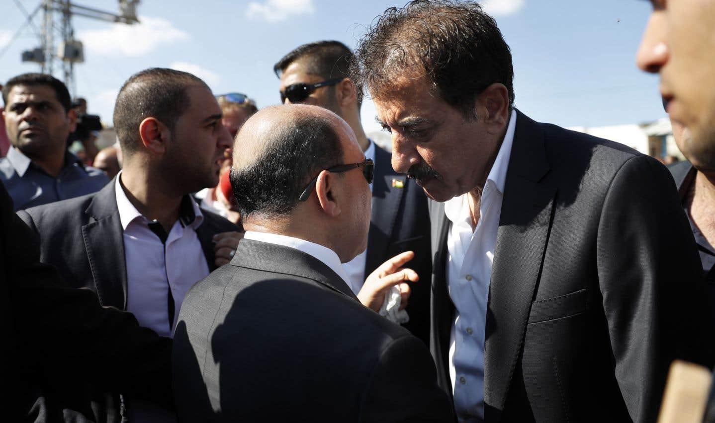 Le ministre de l'Autorité palestinienne Mufeed al-Husayna (centre) s'entretient avec le président de l'Autorité palestinienne,Nazmi Mhana (droite), au passage à l'entrée nord de la bande de Gaza.