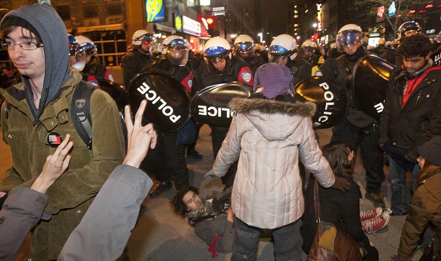 En 2012, en plus de réprimer la grève étudiante de façon violente, le gouvernement québécois s'empressa de représenter les grévistes comme étant les ennemis de la classe moyenne, estime l'auteur.