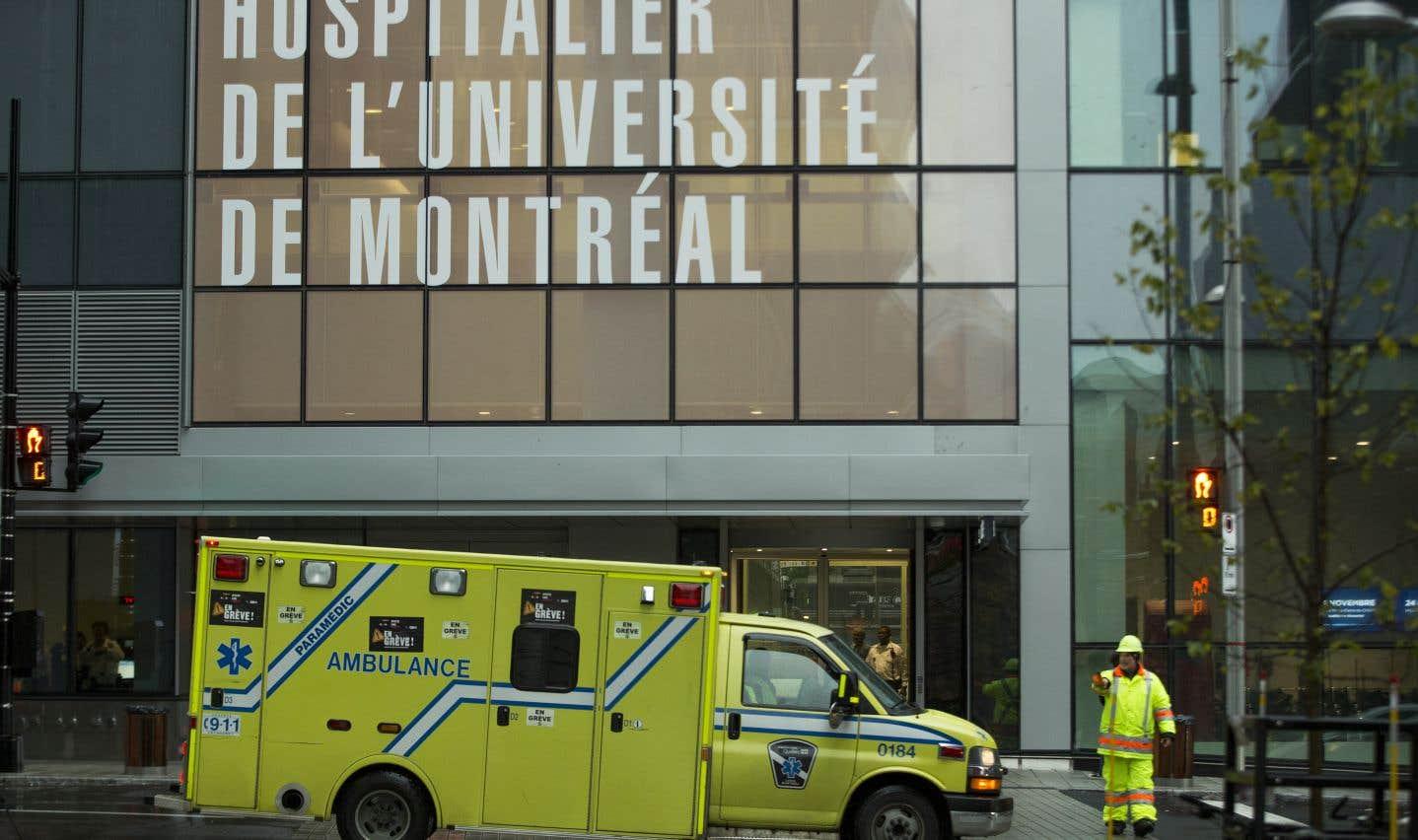 Quelque 70 patients sont déplacés en civières et en fauteuils roulants, à bord d'ambulances ou de véhicules Medicar.