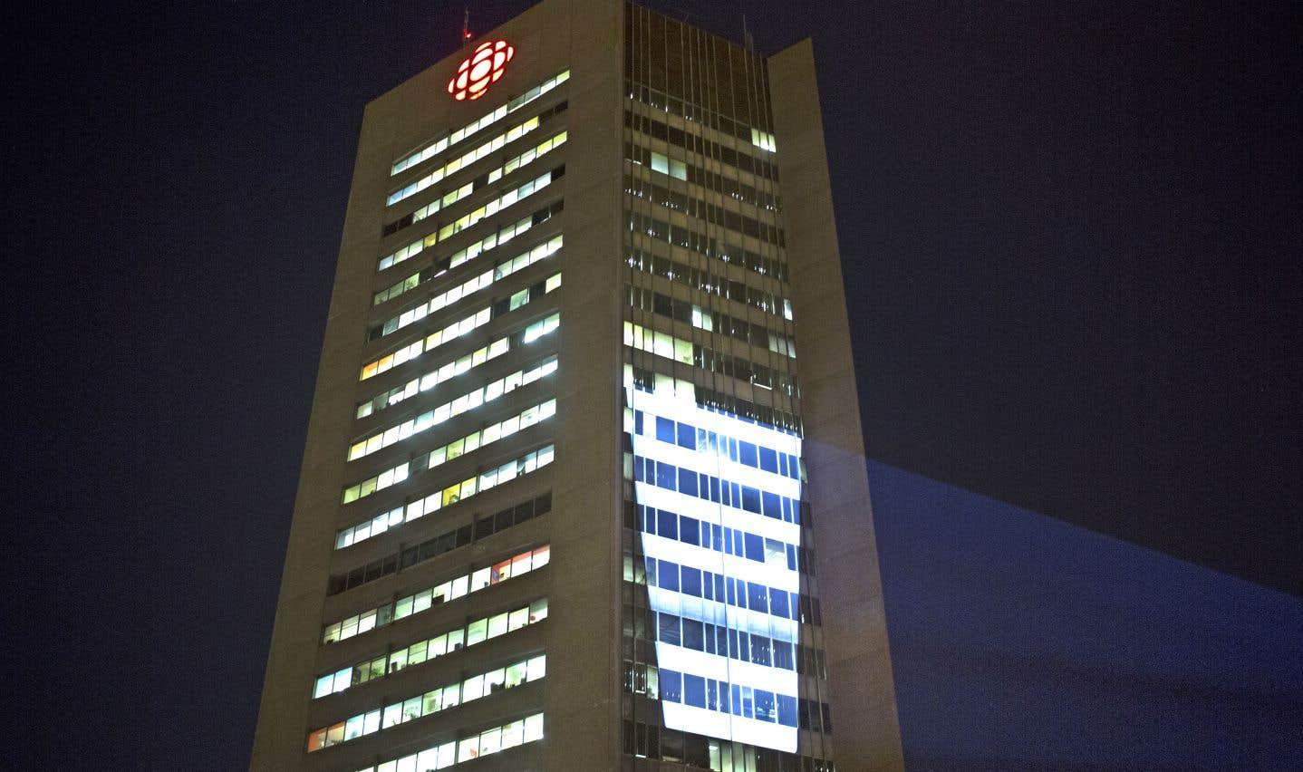 Une publicité des Producteurs de lait du Québec a été projetée lundi soir sur un des murs extérieurs de la grande tour de Radio-Canada, à Montréal.