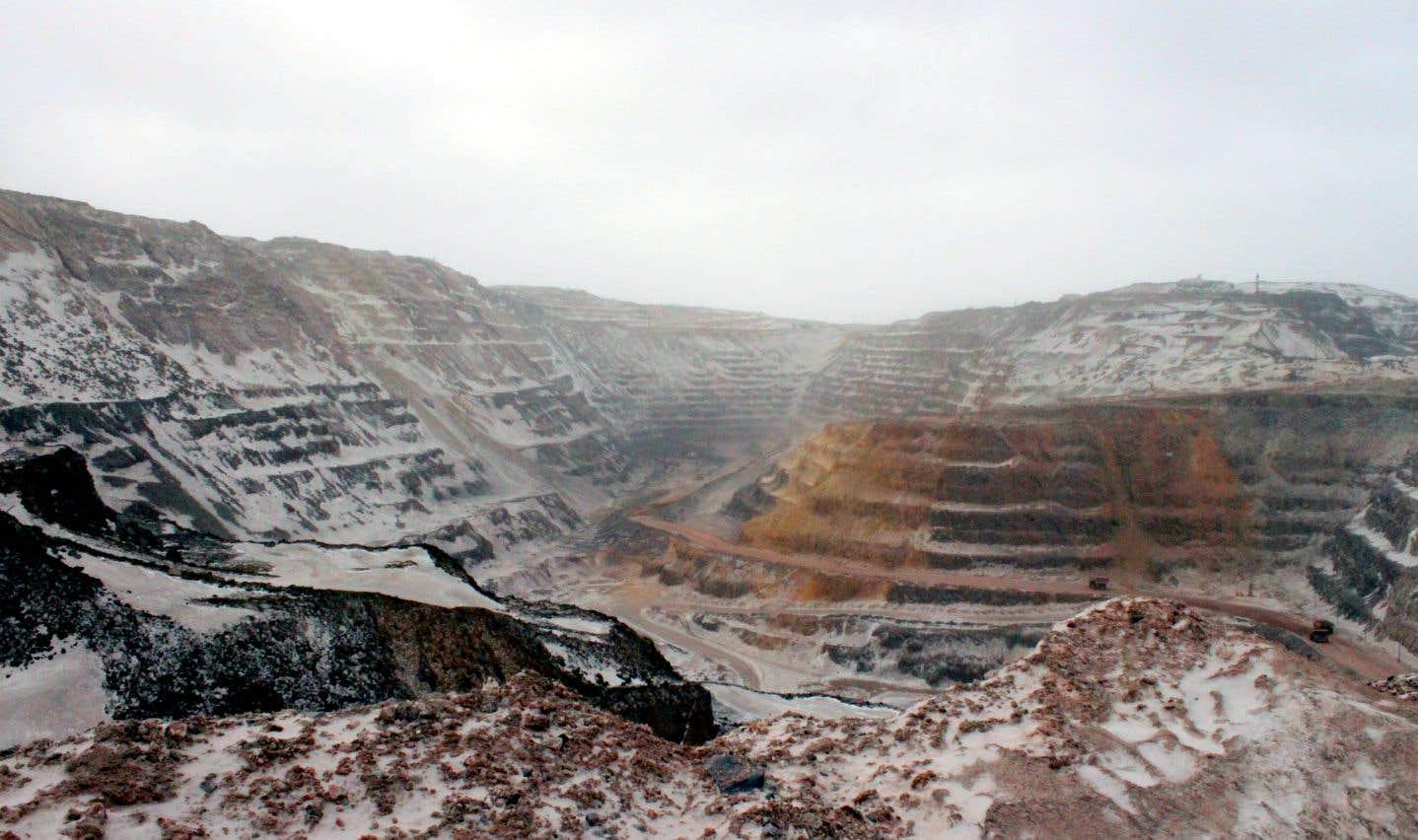 ArcelorMittal exploite une mine dont les différentes fosses devraient à terme atteindre une superficie totale de 11,3 kilomètres carrés.