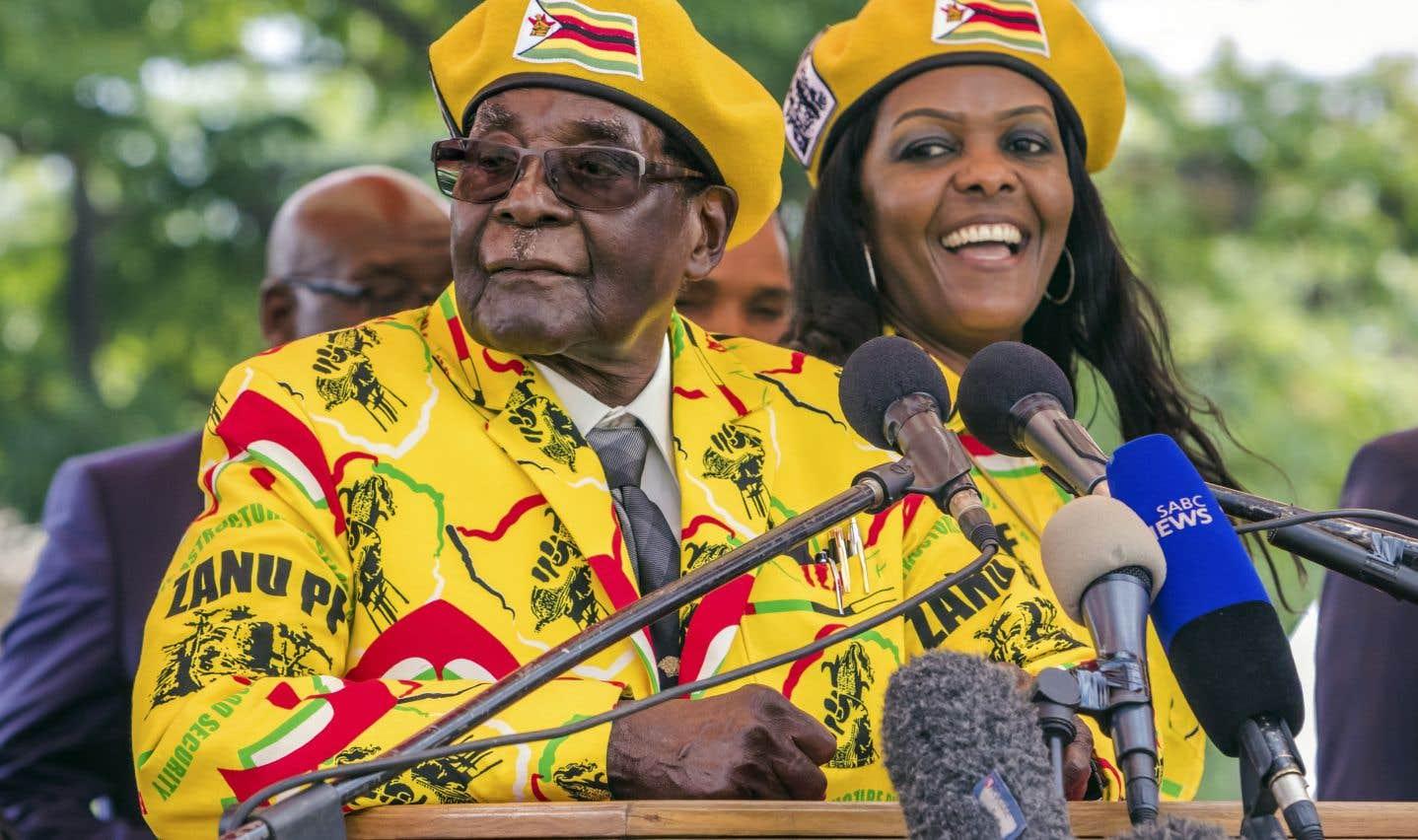 Grace Mugabe (à droite), une figure très controversée, pourrait être nommée au poste de vice-président désormais vacant.
