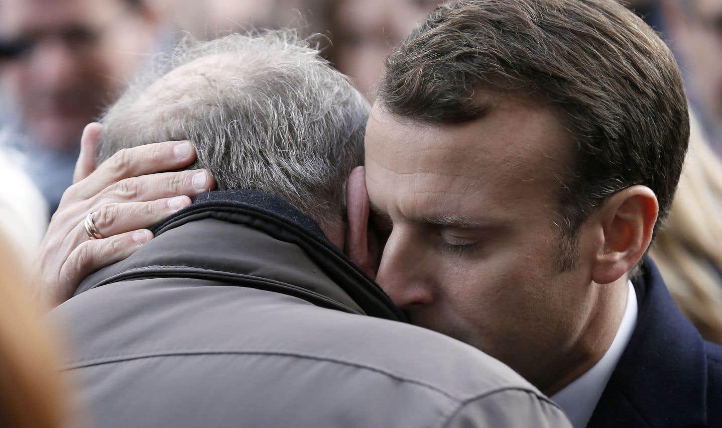 Près du Bataclan, le président Emmanuel Macron a réconforté un proche d'une des victimes des attentats du 13 novembre 2015.
