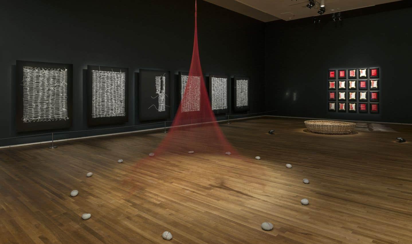 Vue de l'exposition de Nadia Myre, «Tout ce qui reste — Scattered Remains»