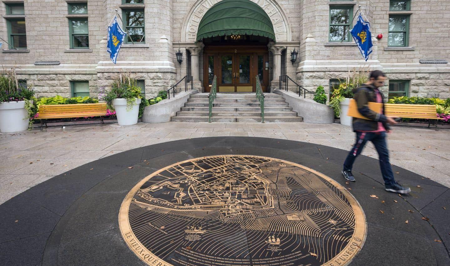 Cinq nouveaux venus ont fait leur entrée au conseil municipal de la Ville de Québec lundi soir, mais une chaise est demeurée vide.