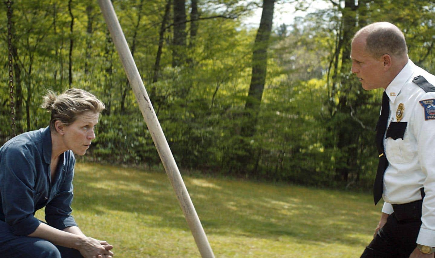 Après des mois sans que l'enquête sur la mort de sa fille ait avancé, Mildred Hayes (Frances McDormand) prend les choses en main, affichant un message controversé visant le très respecté chef de la police (Woody Harrelson) sur trois grands panneaux à l'entrée de leur ville.