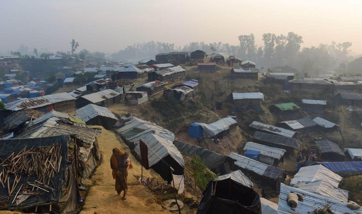 Dans le sud du Bangladesh, des camps de réfugiés rohingyas grands comme des villes sont sortis de terre en quelques semaines. Les conditions insalubres qui y règnent font redouter une catastrophe sanitaire.
