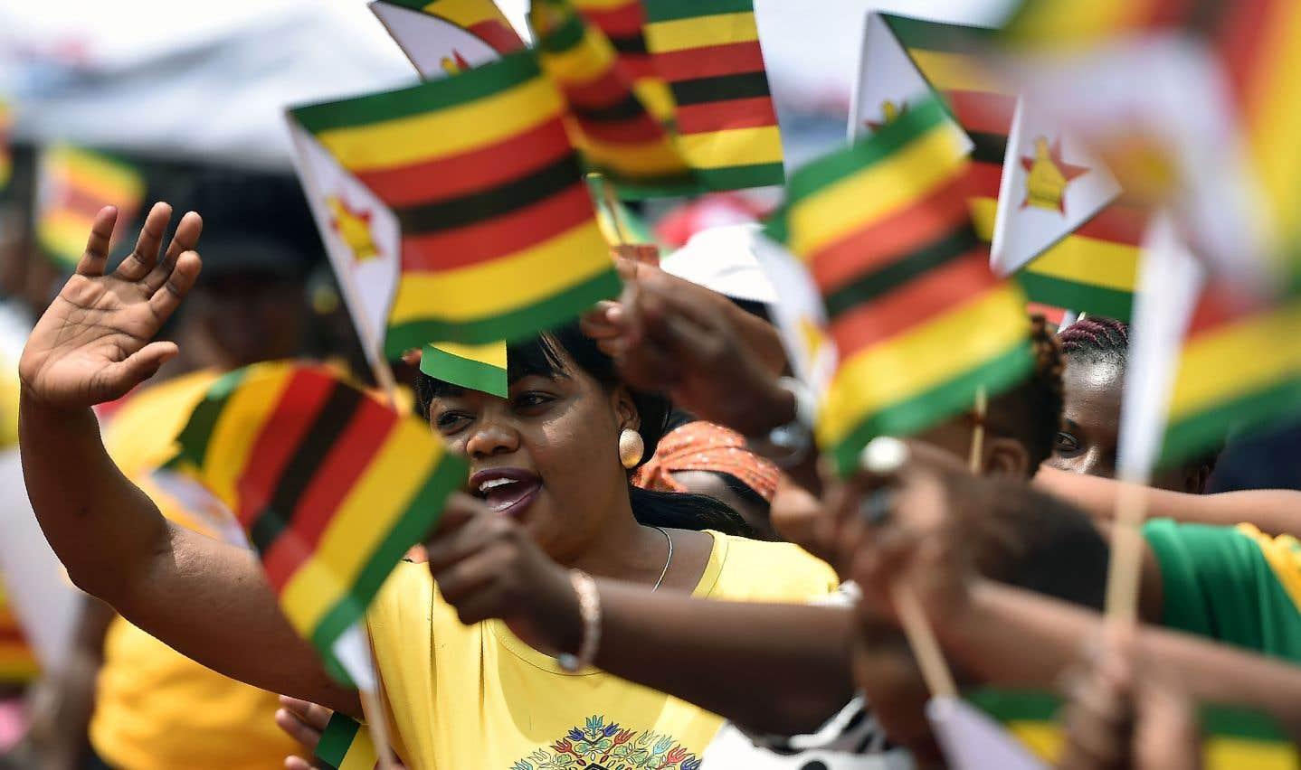 Des Zimbabwéens se sont réunis pendant la cérémonie faisant d'Emmerson Mnangagwa le nouveau président du pays, vendredi.