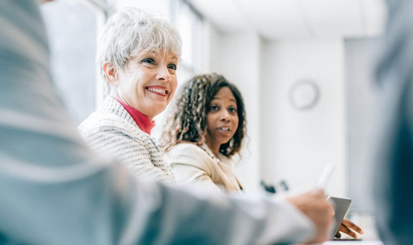 En 2015, un Canadien sur cinq âgé de 65ans ou plus (26% des hommes et 15% des femmes) a travaillé à un moment donné pendant l'année, dont le tiers à temps plein.