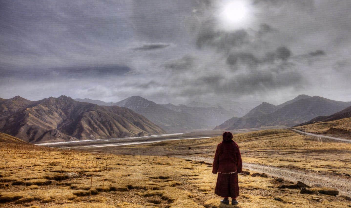 L'ouvrage «Un demi-siècle dans l'Himalaya» immortalise cinq décennies du moine bouddhiste et photographe en Inde, au Bhoutan, au Népal et au Tibet.  Ci-dessus, en plein hiver, un moine contemple l'Amnyé Matchèn.