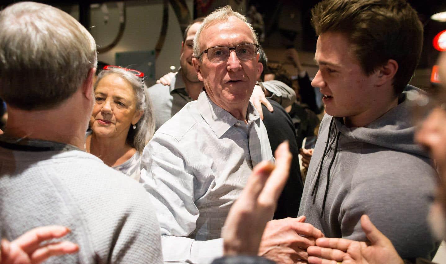 Le libéral Gordie Hogg a ravi lundi aux conservateurs la circonscription de Surrey-Sud–White Rock, en Colombie-Britannique.